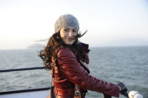 Sarah Shahi in versione Meredith Grey