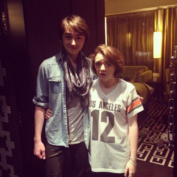 Arya e Bran (in piedi)