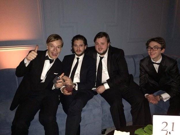 Theon, Jon, Sam e Bran vestiti per la festa