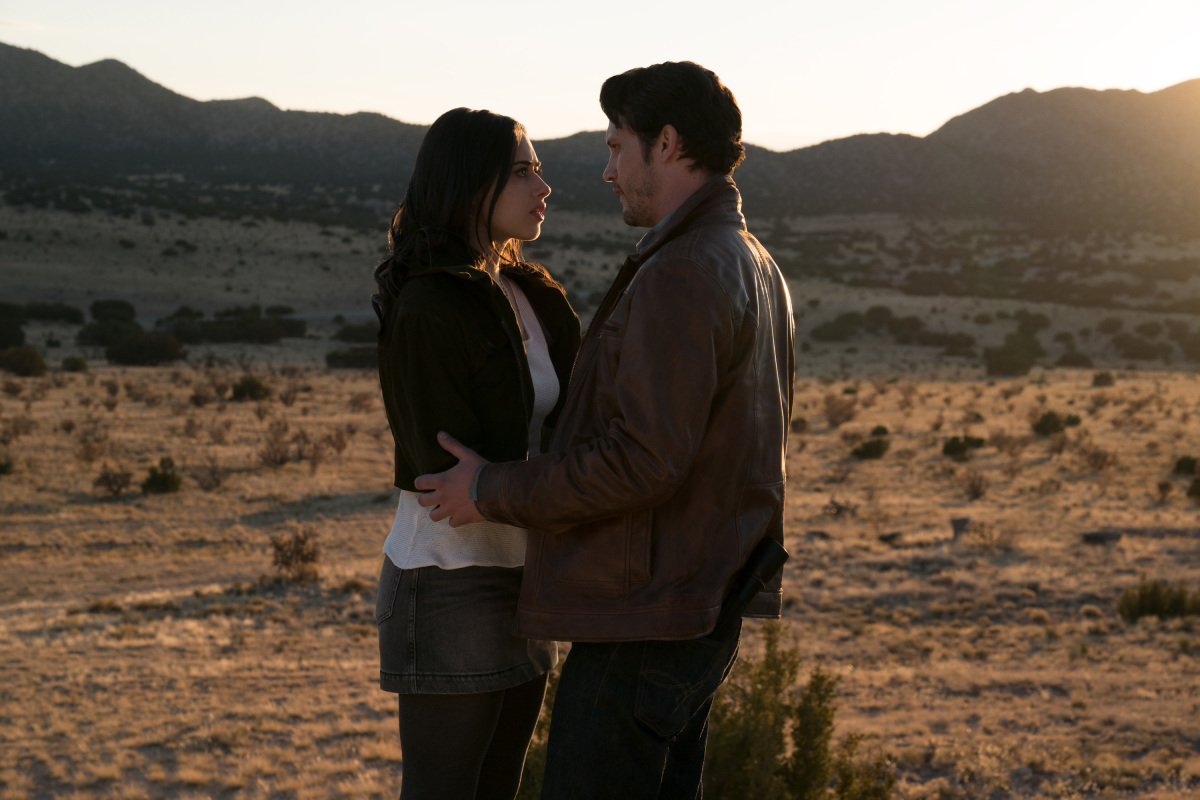 "Roswell, New Mexico -- ""Pilot"" -- Image Number: ROS101b_0272ra.jpg -- Pictured (L-R): Jeanine Mason as Liz Ortecho and Nathan Parsons as Max Evans -- Photo: Ursula Coyote/The CW -- © 2018 The CW Network, LLC. All rights reserved"