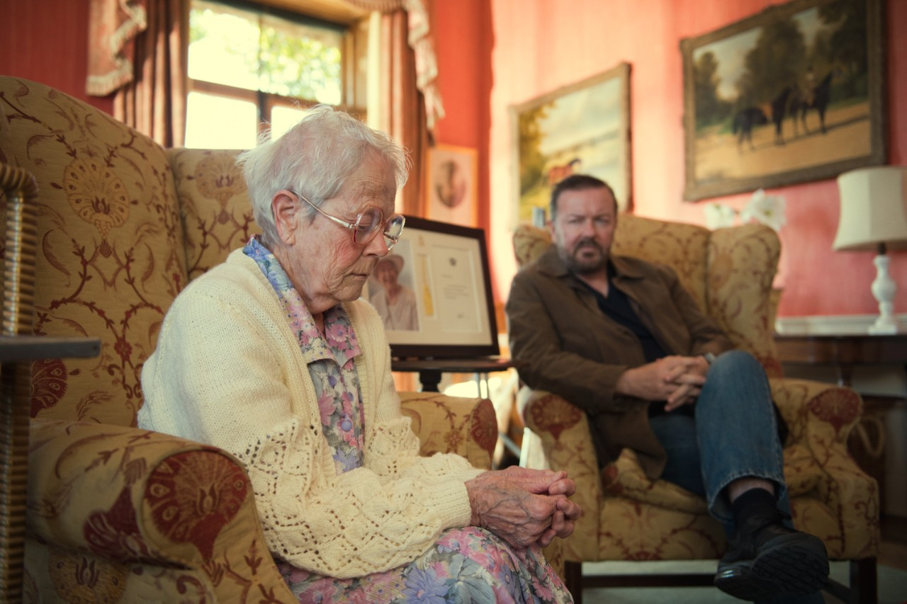 Il 24 aprile ritorna After Life, la serie di Ricky Gervais su Netflix: e si continua a ridere e piangere